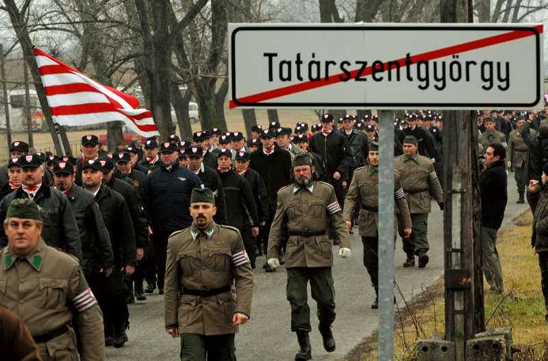 Det numera förbjudna Ungerska gardet hade nära band till det partiet Jobbik som hetsar mot judar och romer. Att personer med dessa åsikter prisas av Ungerns regering är oacceptabelt.