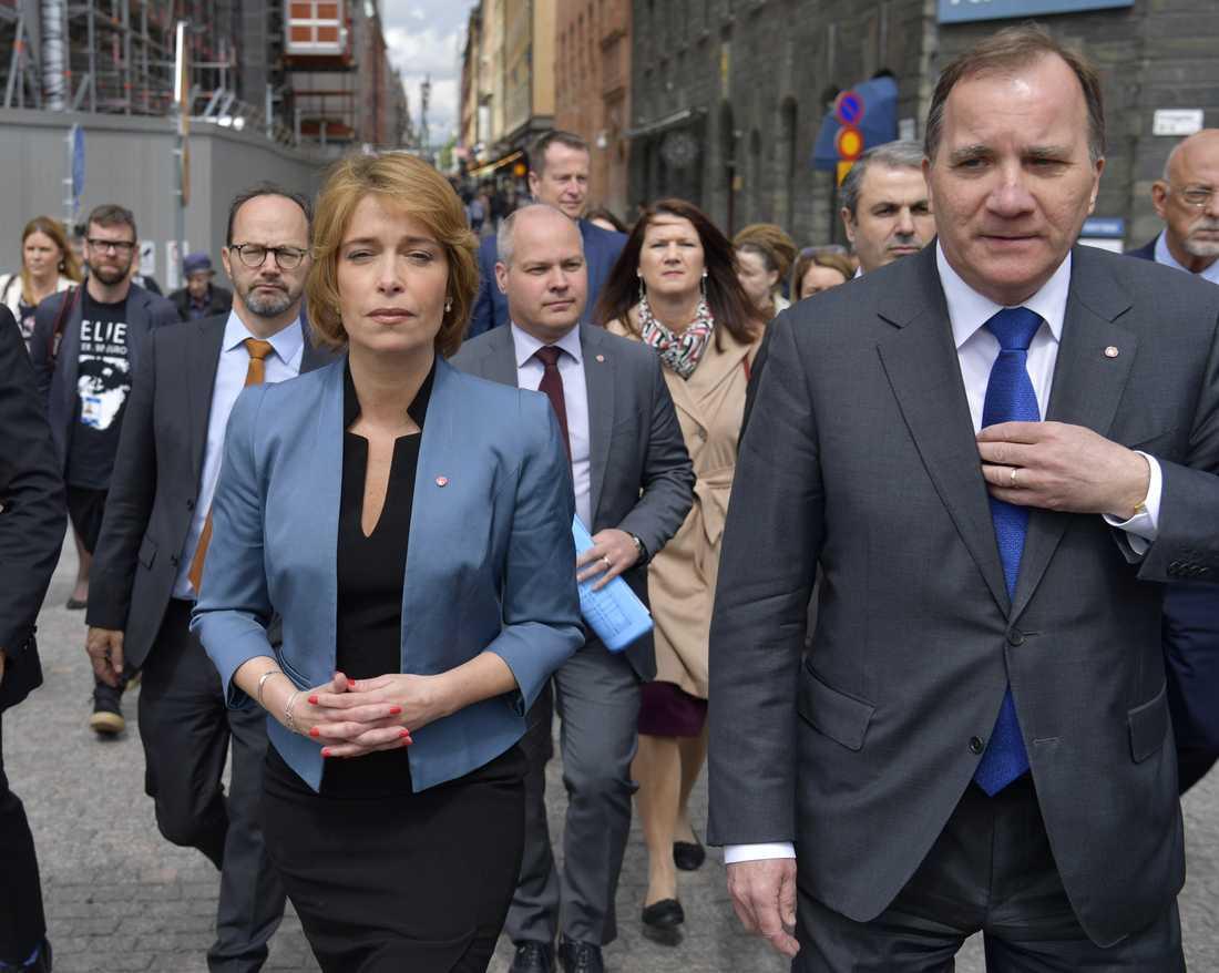 Socialförsäkringsminister Annika Strandhäll (S) och statsminister Stefan Löfven (S) på väg till tisdagens misstroendevotering mot Strandhäll.