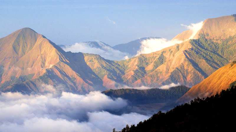 Vulkanen Rinjani når 3 726 meter över havet.