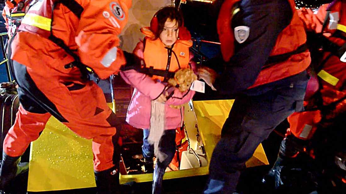Ahlam när hon hjälptes iland efter mardrömmen på Medelhavet.