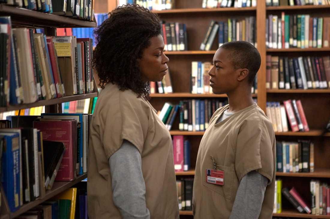 "Lorraine Toussaint, som spelar ""Yvonne 'Vee' Parker"" och Samira Wiley som ""Poussey Washington"" i en scen från ""Orange is the new black""."