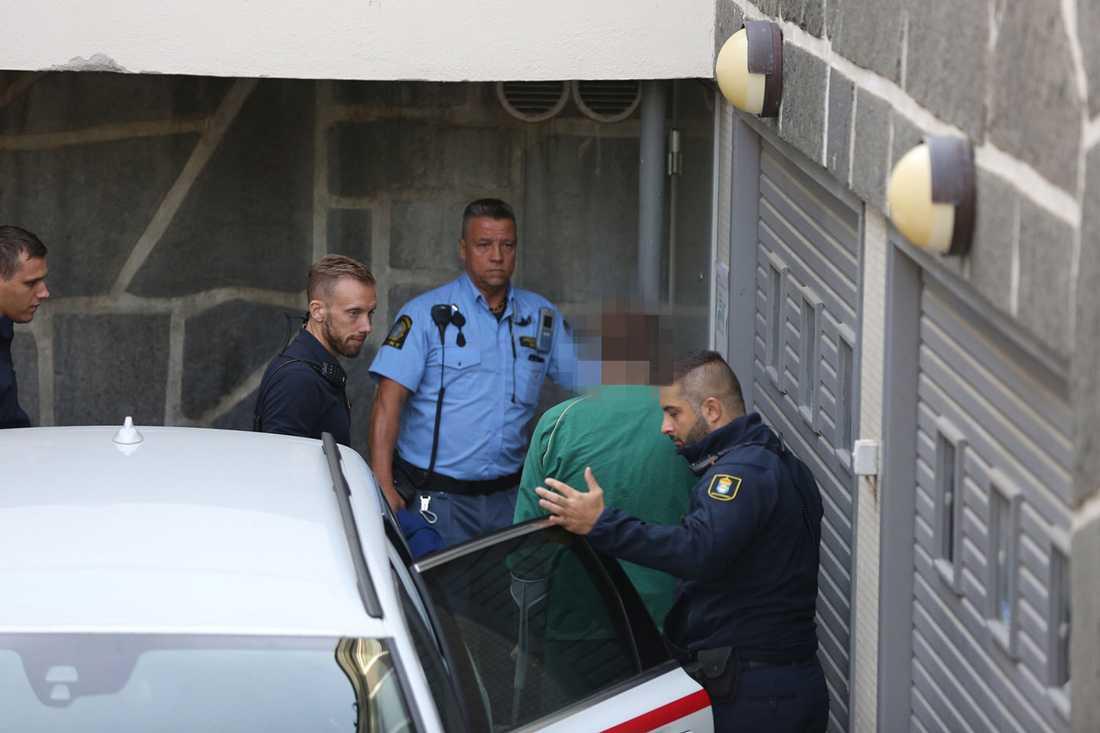 Den mordmisstänkte 43-åringen förs in i rätten.