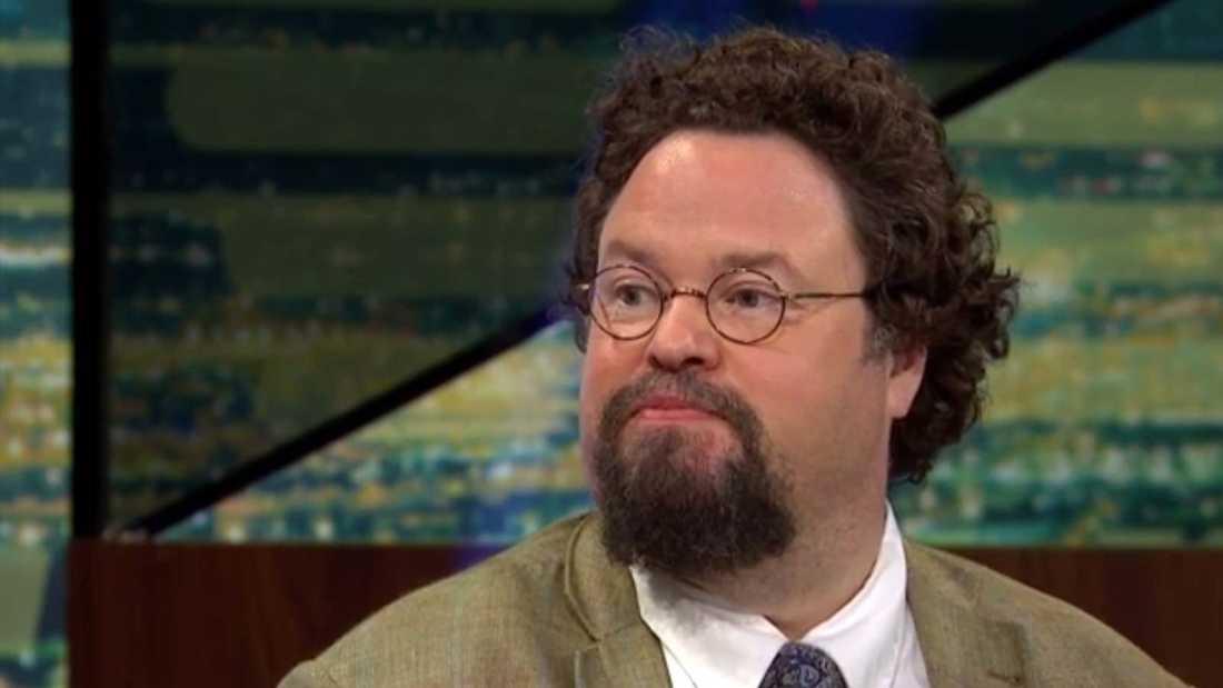 """En ovanligt bister Edward Blom i """"Breaking news""""."""