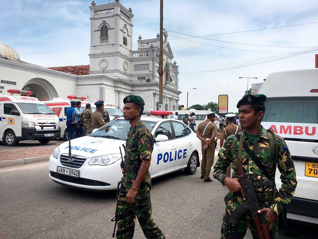 Polis vid kyrkor i Colombo.