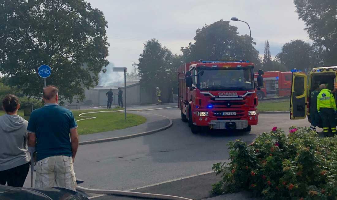 Räddningstjänsten arbetar i Sköndal.