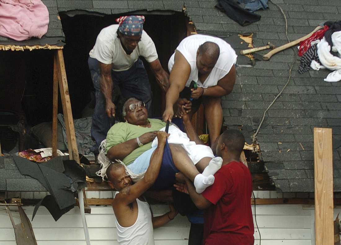 """73-åriga Grace White lyfts ut från sitt raserade hem av hjälpande händer efter Katrina-katastrofen i New Orleans 2005. Rutger Bregman visar i """"I grunden god"""" hur människor hjälps åt, snarare än tänker på sig och sitt."""