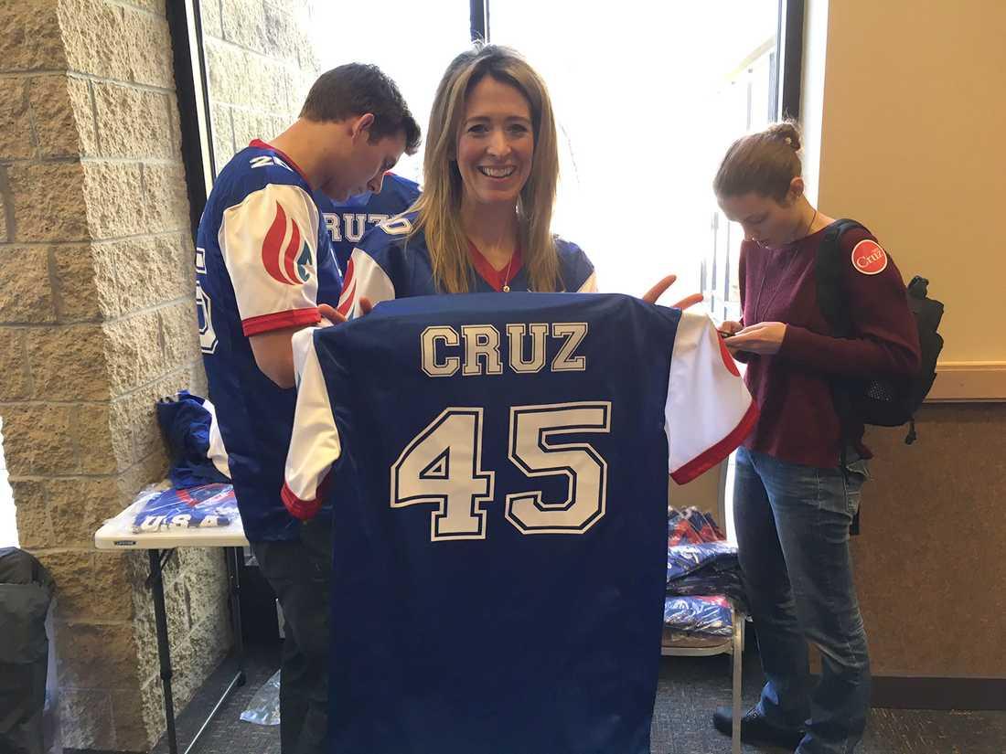 """En kvinna säljer blå tröjor med siffran 45 på bröstet och Cruz namn på ryggen. """"Han kommer att bli USA:s 45:e president"""", säger hon."""