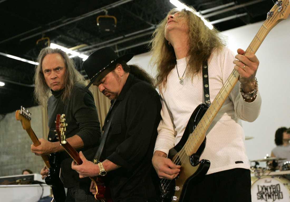 Medlemmar i bandet Lynyrd Skynyrd år 2005. Från vänster: Rickey Medlocke, Gary Rossington och Ean Evans.