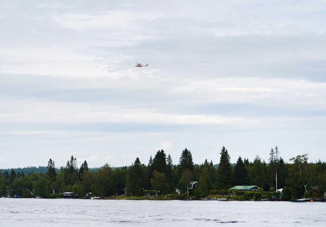 En räddningshelikopter ovanför olycksplatsen vid Storsandskär, vid Umeälven.