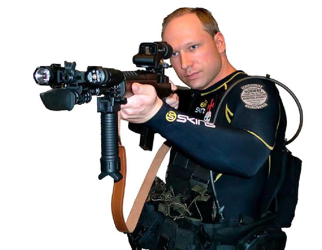 """marxistjägaren Anders Behring Breivik poserar i sitt manifest med emblemet """"Marxist hunter"""" på vänster axel. Marxismen har emellertid länge jagats i läroplaner, på bästa sändningstid och i ändlösa spaltmetrar, skriver Kjartan Fløgstad."""
