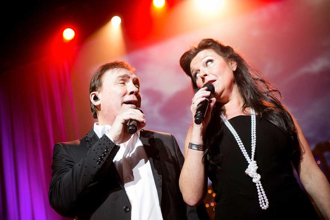 Samspelta Christer Sjögren få hjälp av Lotta Engberg.