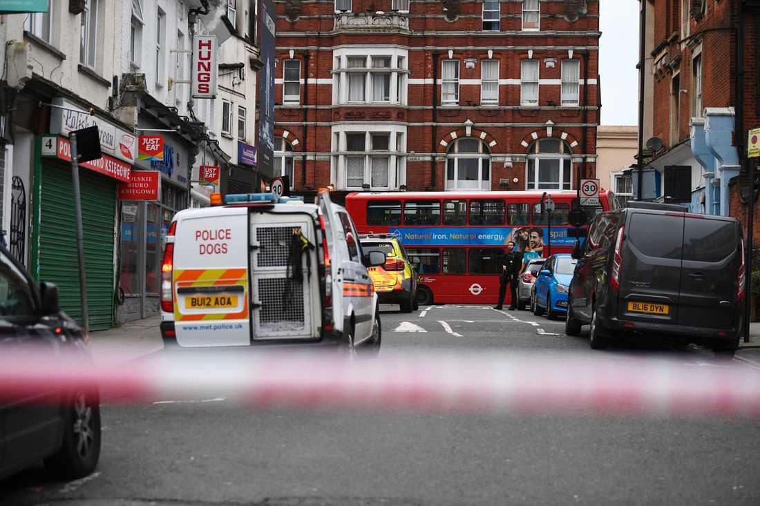 En man sköts till döds av polis sedan flera personer knivhuggits i Streatham i södra London.