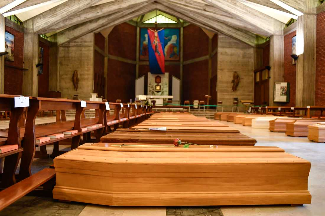 Kistor som ska vidare till ett krematorium ligger på golvet i San Giuseppe-kyrkan Seriate i provinsen Bergamo i Italien.