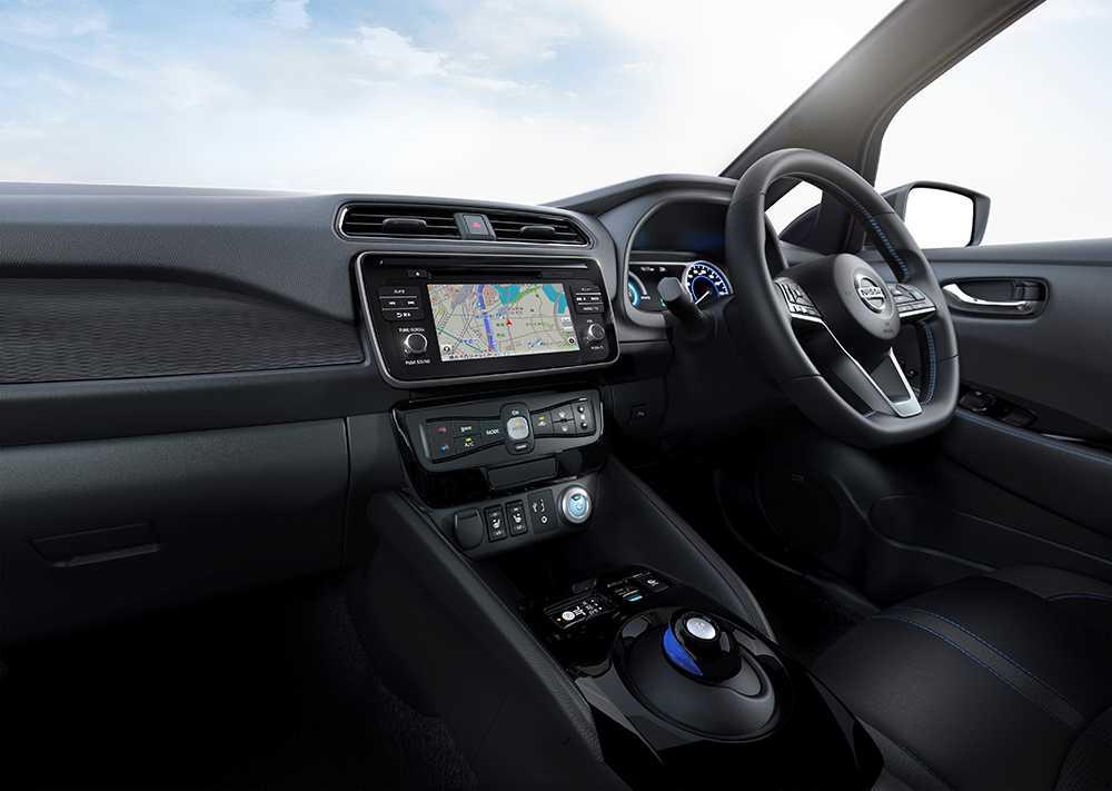Ett förarassistanssystem som kan ta över körningen finns. Liksom autobroms som känner igen fotgängare, navigationssystem, backvarnare, eluppvärmd ratt och nyckellös start.