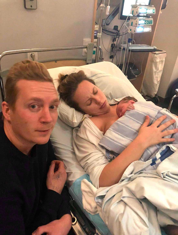Robert och Madeleine med sin nyfödda dotter Hollie.