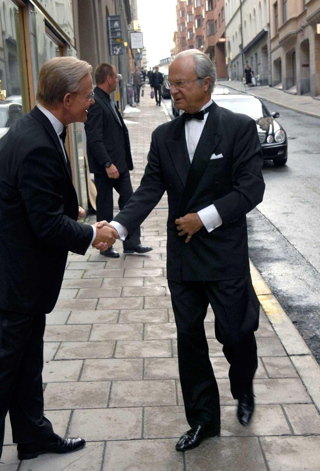 Noppe Lewenhaupt tar emot sin vän kungen på sin 60-års dag.