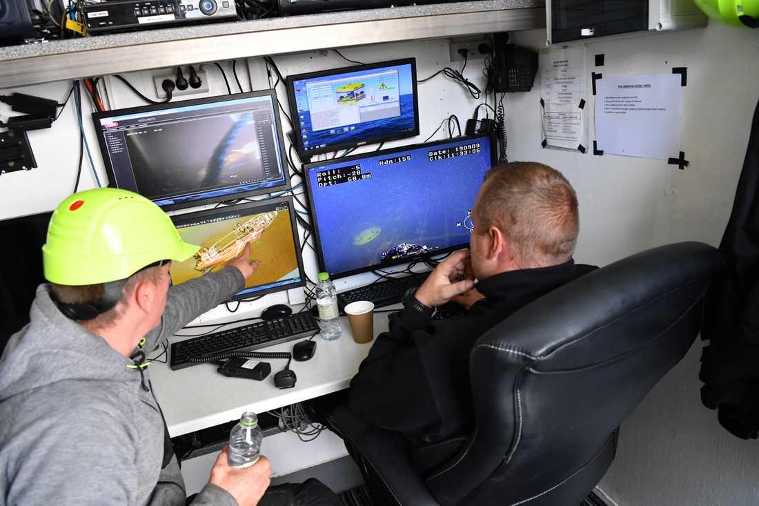 I kontrollrummet på arbetsfartyget följer man dykarnas arbete.
