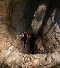 Katedral Englands största grotta har upptäckts efter sju års sökande. Insidan av grottan beskrivs som en enorm kyrka.