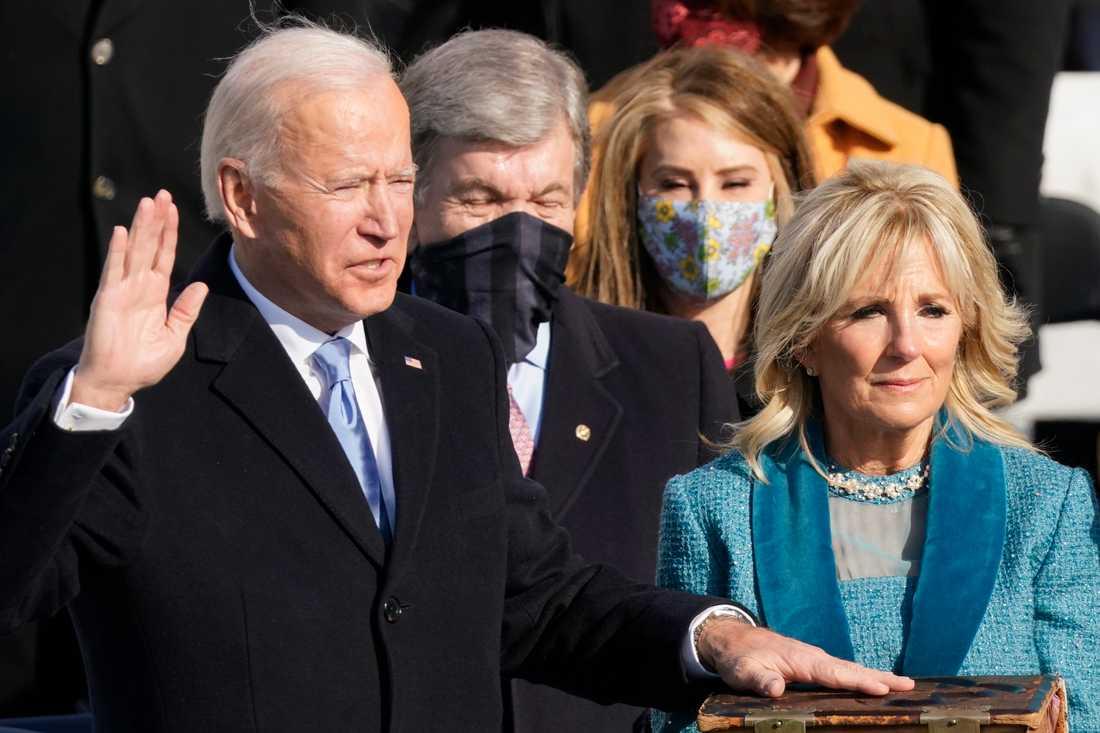 Joe Biden svärs in som USA:s 46:e president. Till höger USA:s första dam, Jill Biden.