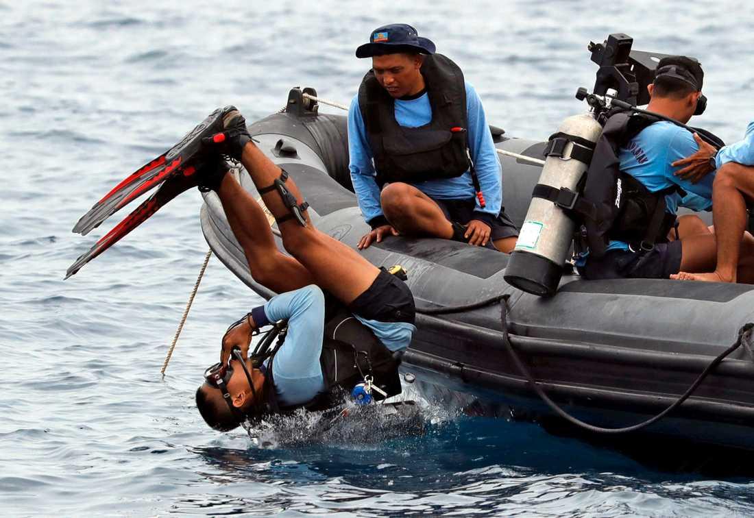 Indonesien får hjälp från Singapore att dyka efter de hundratals passagerarna.