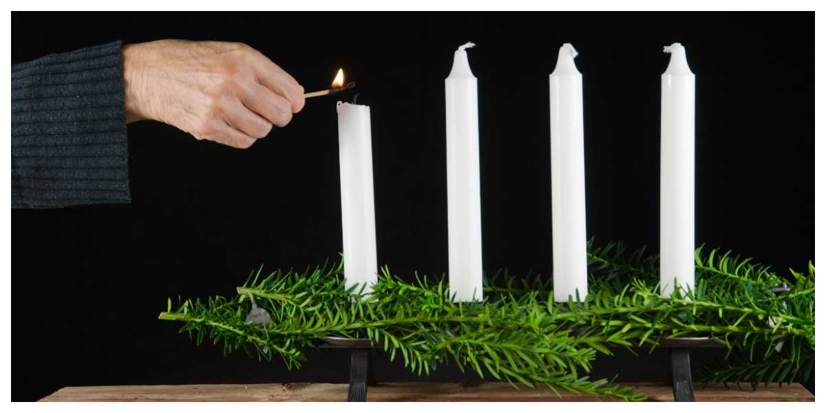 Adventsljusstaken består av fyra ljus.