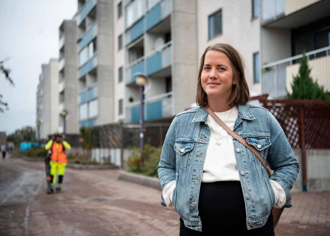 Malin Sultan, jurist på Stockholmshem, arbetar mot otillåten andrahandsuthyrning, skenbyten och svarthandel med hyreskontrakt. Just nu har bostadsbolaget satt in extra resurser i Skärholmen, där problemen är stora.