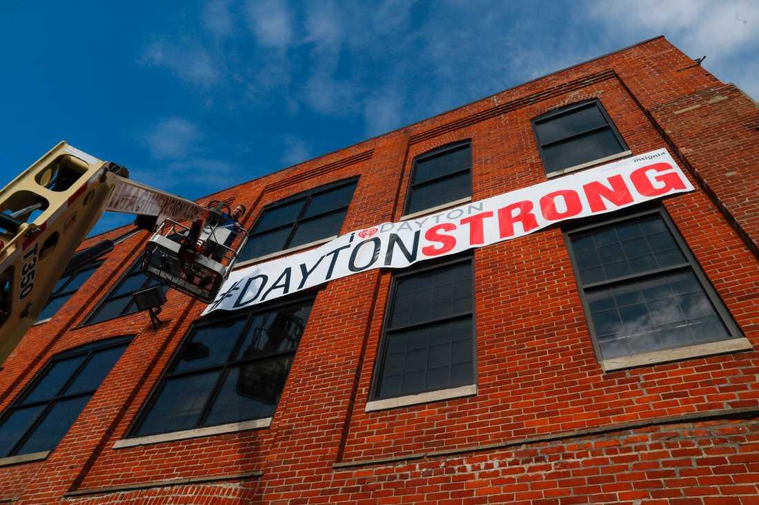"""En banderoll med texten """"Dayton är starkt"""" som hissades i Ohiostaden efter helgens masskjutning, i vilken nio människor miste livet."""