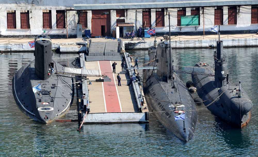 En ukrainsk ubåt vid en flottbas har numera en rysk flagga