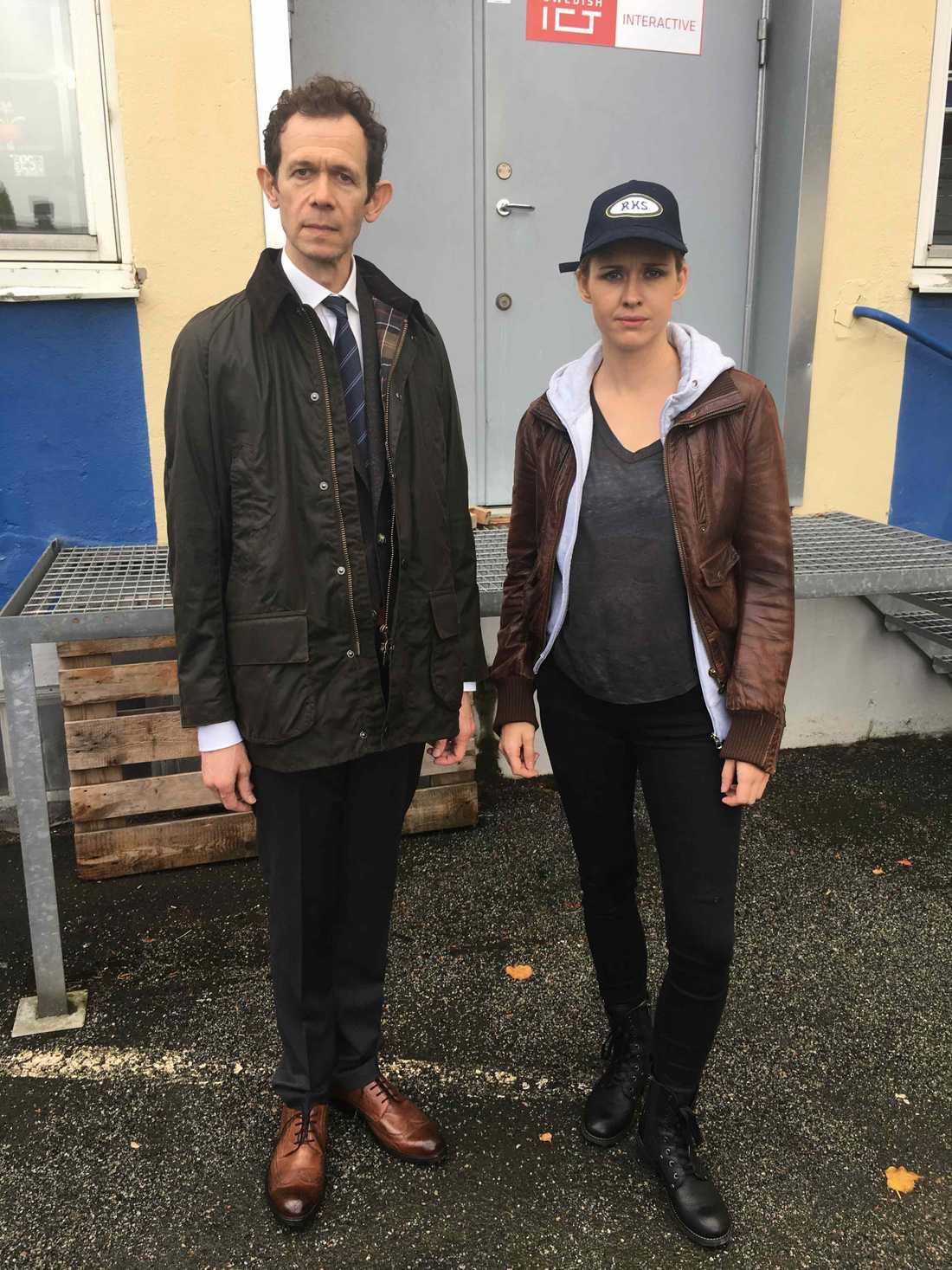"""Adam Godley (""""Breaking bad"""") och Lisa Henni (""""Snabba cash"""", """"Tillbaka till Bromma"""") spelar poliser i krimparodin """"Sophie Borg: mannen som talade engelska""""."""