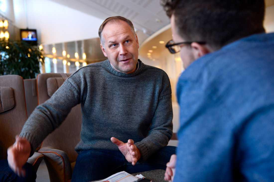 """Upptrissad korvgrillning.  Vänsterpartiets partiledare Jonas Sjöstedt är kritisk till Maramö-mötet. """"Jag trodde det skulle komma något politisk och jag hade hoppats att det skulle handla om sysselsättning och arbetslösa ungdomar."""""""