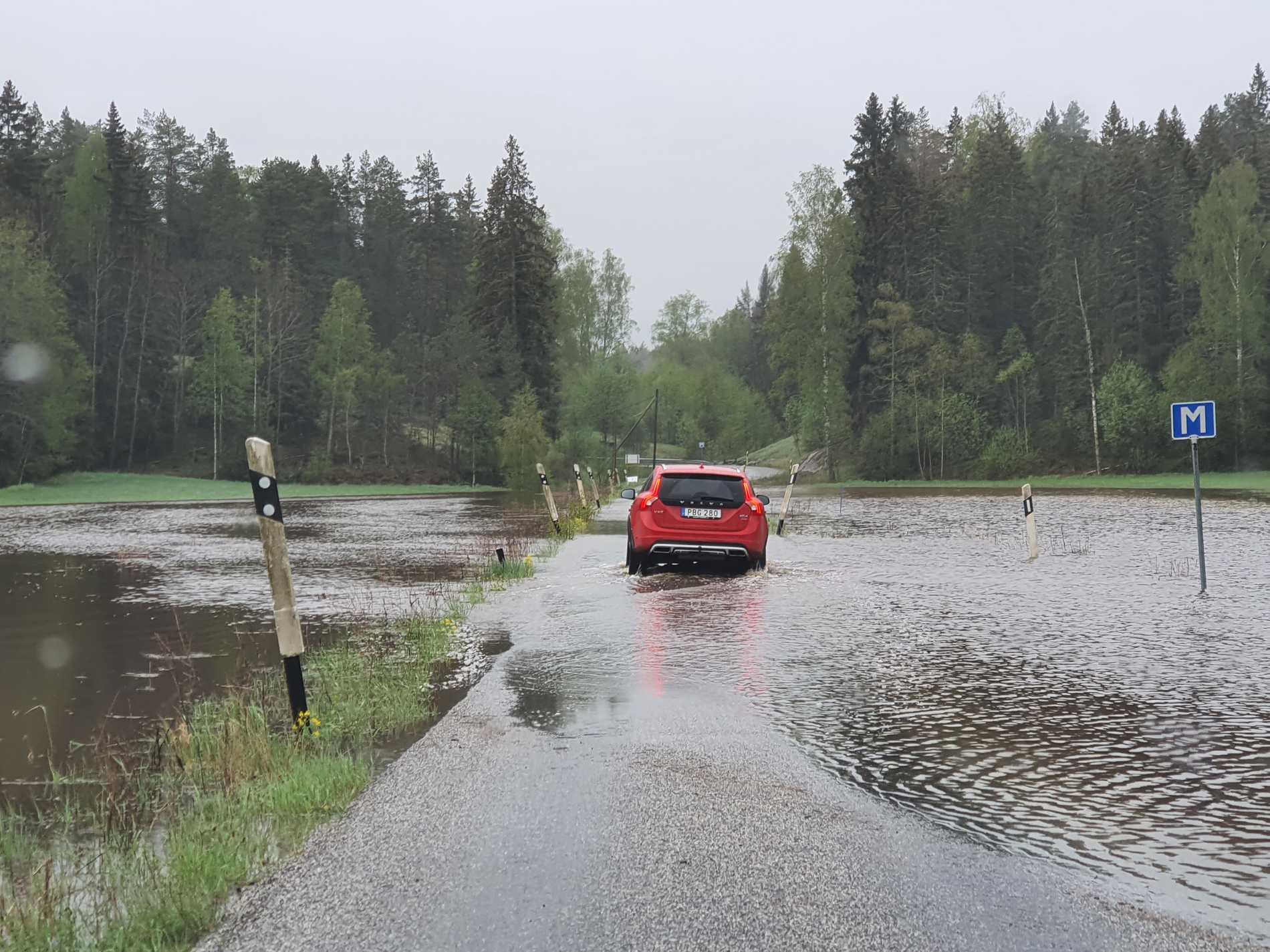 En bilist i Åkersberga stod stilla mitt på vägen, förmodligen i väntan på att vattenmassorna skulle sjunka undan.