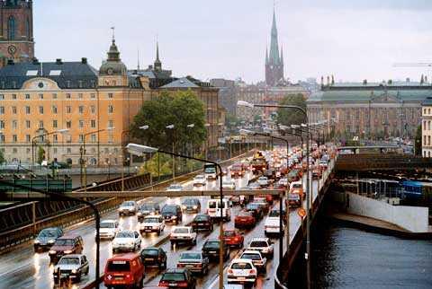 Stockholm har periodvis en intensiv trafik.