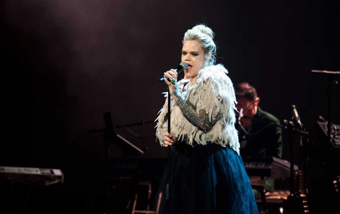 """Julia Frej tog sig an """"The man who sold the world"""" på hyllningskonserten till David Bowie i Globen."""