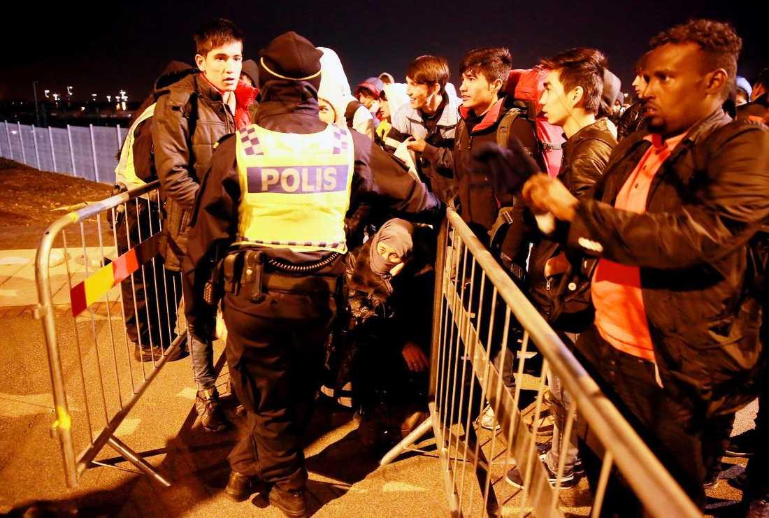 Många flyktingar fick stå i kö vid Hyllie station i Malmö. Väntan på att få ta bussen till Migrationsverket var extra lång efter regeringens beslut att införa gränskontroller.