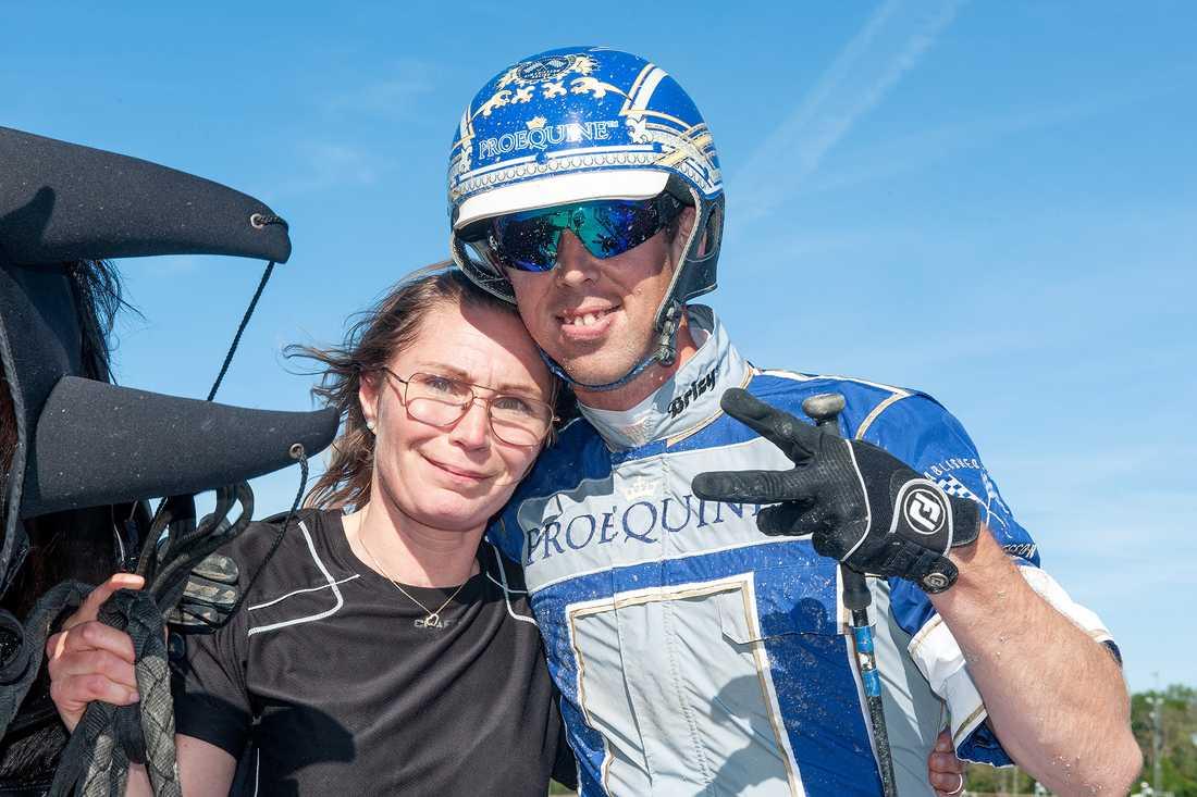 Maria Rosenberg och Kim Eriksson efter fjolårets V75-seger på hemmaplan.