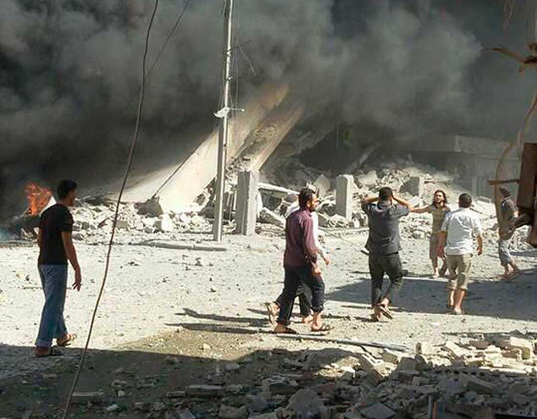 Förödelse efter en flygattack i staden Talbiseh i Syrien.