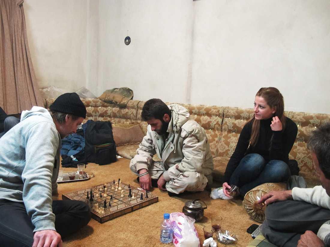 Niclas Hammarström spelar schack med Amjad. Nora och Mohammed ser på. Yabrud, Syrien.
