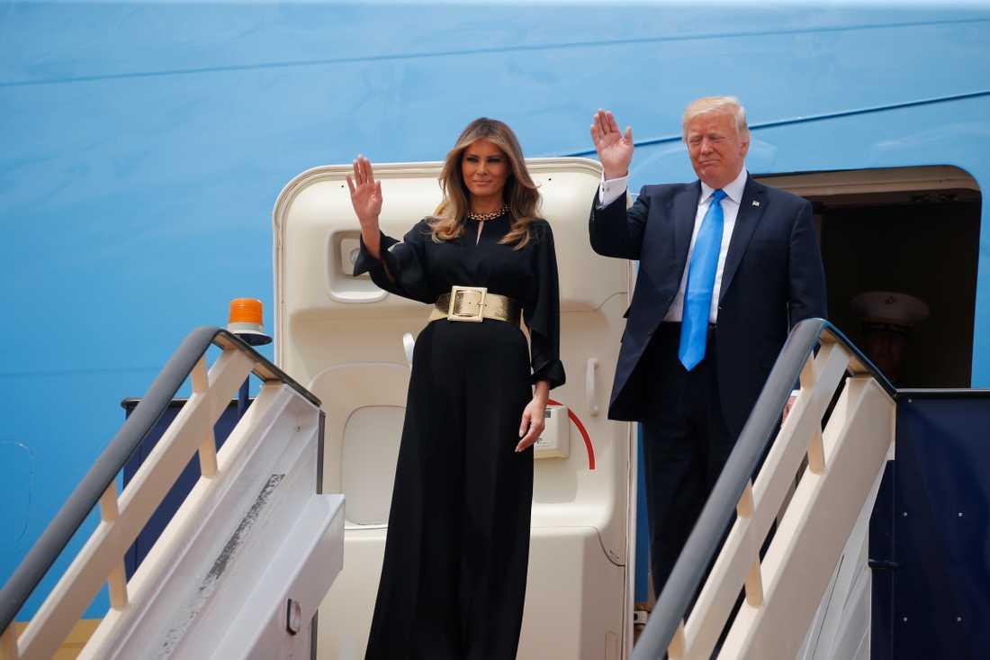 Här anländer Melania och Donald Trump i Saudiarabien.