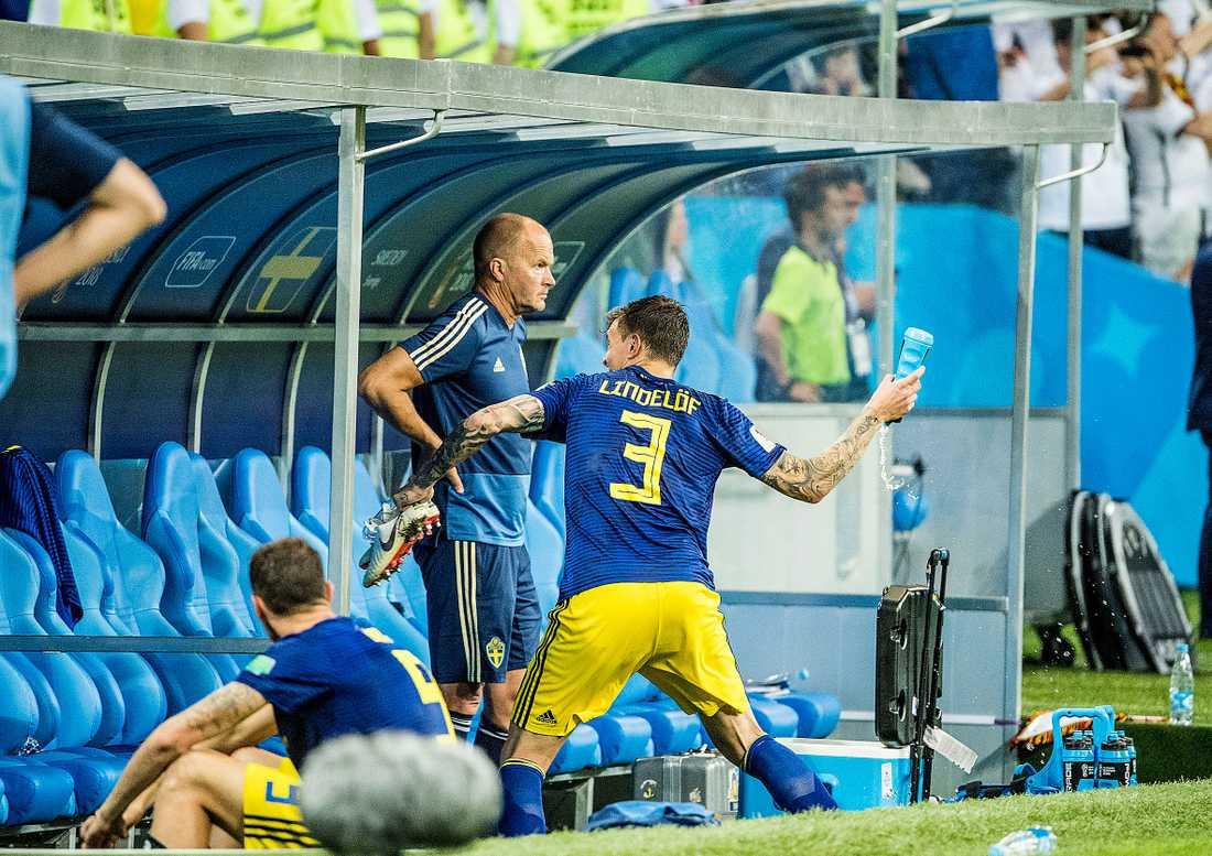 En frustrerad Victor Nilsson Lindelöf tog ut sin aggression  på en vattenflaska efter förlusten mot Tyskland. Men gruppspelet blev ändå en succé för mittbacken.
