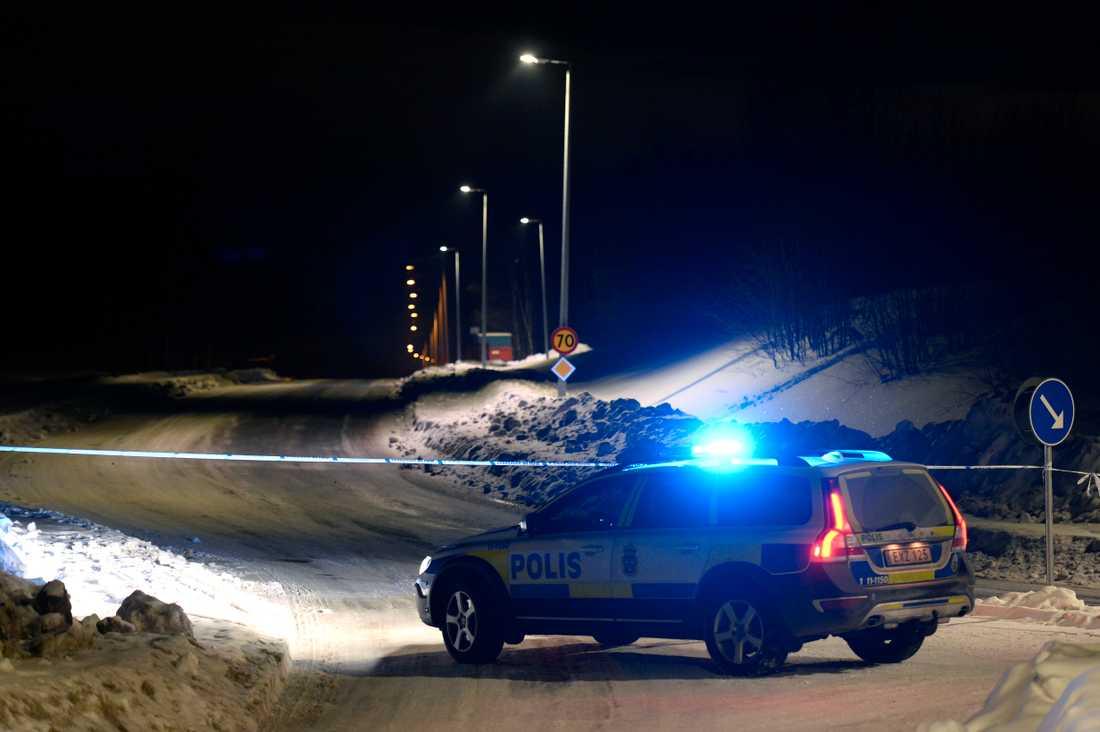 Stora polisavspärrningar vid platsen.