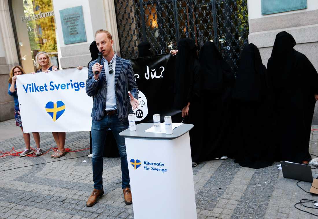 Alternativ för Sveriges partiledare Gustav Kasselstrand vid ett torgmöte i Stockholm. Arkivbild.