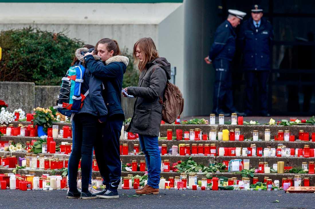 Sorg utanför Joseph-König Gymnasium i Haltern am See, Tyskland där 16 elever på skolan miste livet.