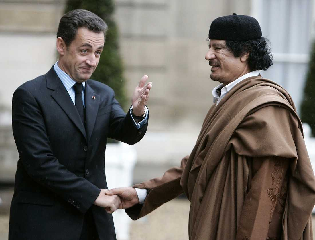 I december 2007 är Gaddafi på besök hos Sarkozy i Paris – för att göra affärer.