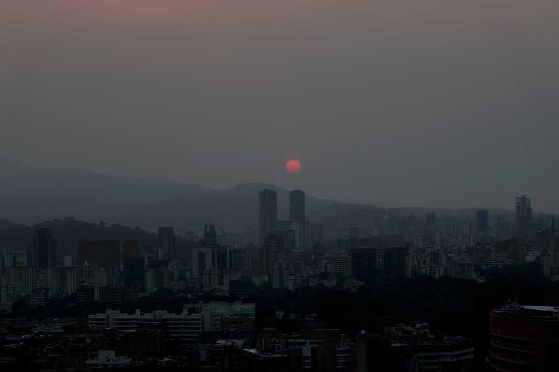 Solen stiger över ett strömlöst Caracas. Arkivbild från mars månad i år.