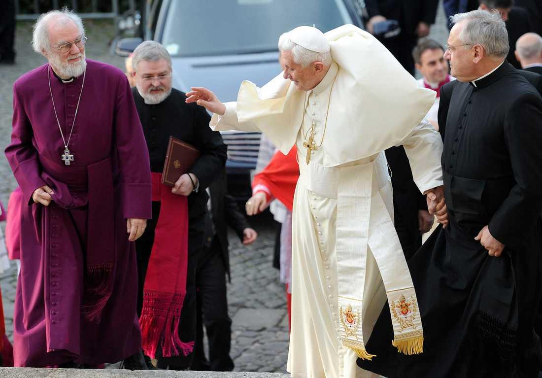 Påven har problem med sina kläder under ett möte med ärkebiskopen av Canterbury.