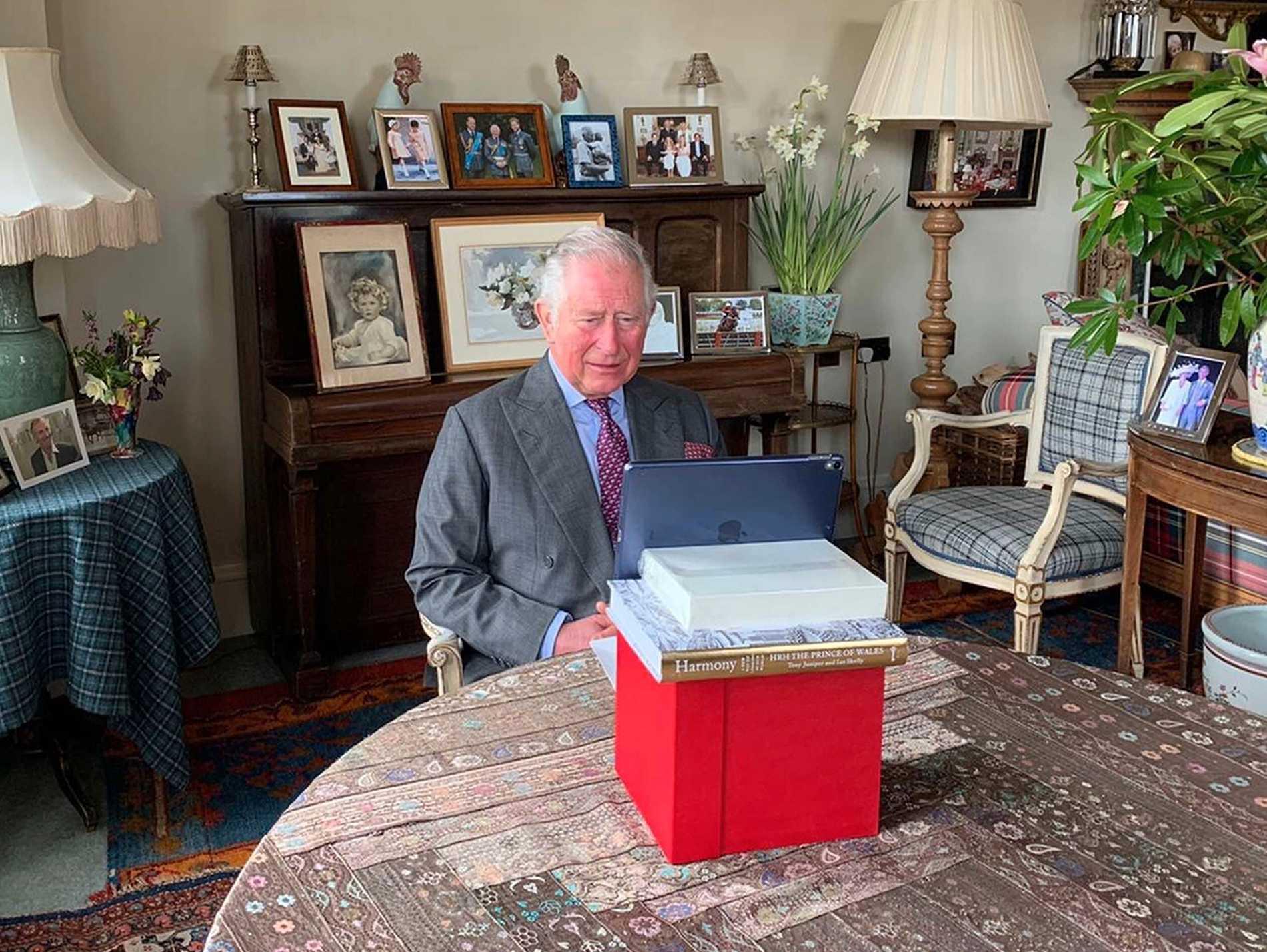 Prins Charles jobbar hemifrån.