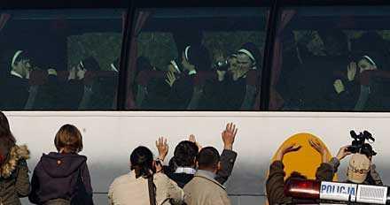 HEJ DÅ. Nunnorna kördes iväg i bussar. De kastades ut från katolska kyrkan i Polen redan förra året. Nu är deras framtid oviss.