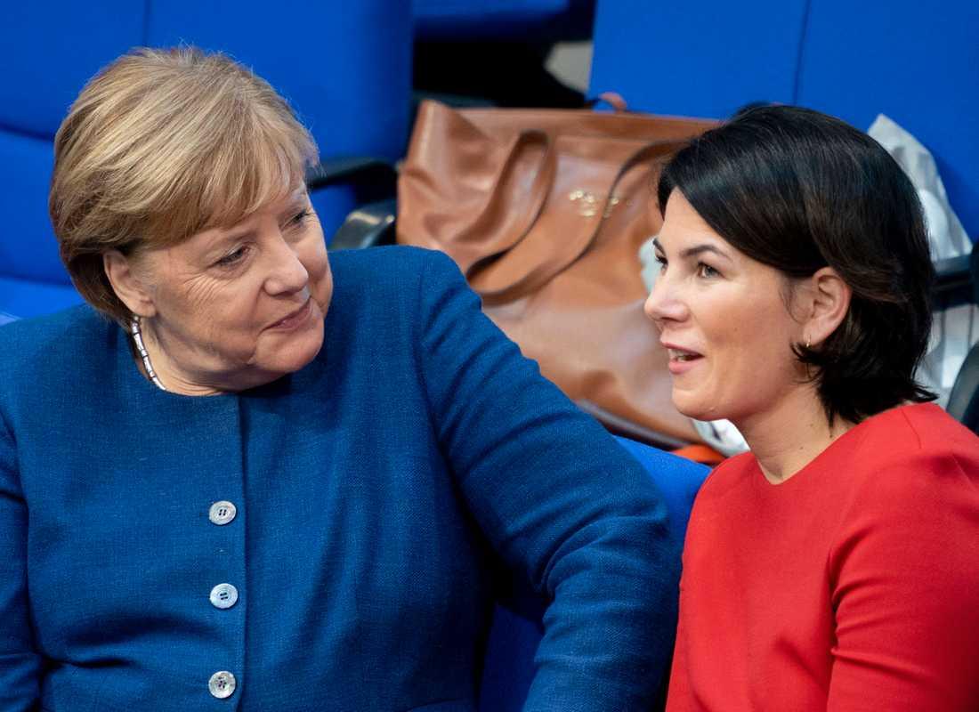 De grönas ena språkrör Annalena Baerbock tillsammans med förbundskansler Angela Merkel. Arkivbild.