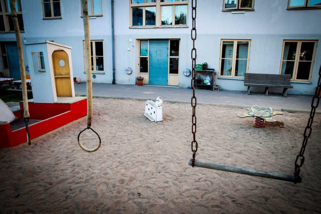 Stumholmens förskola ligger vid Kustbevakningens lokaler i Karlskrona där gift hittats i marken. Nu är föräldrar till barn på förskolan oroliga.