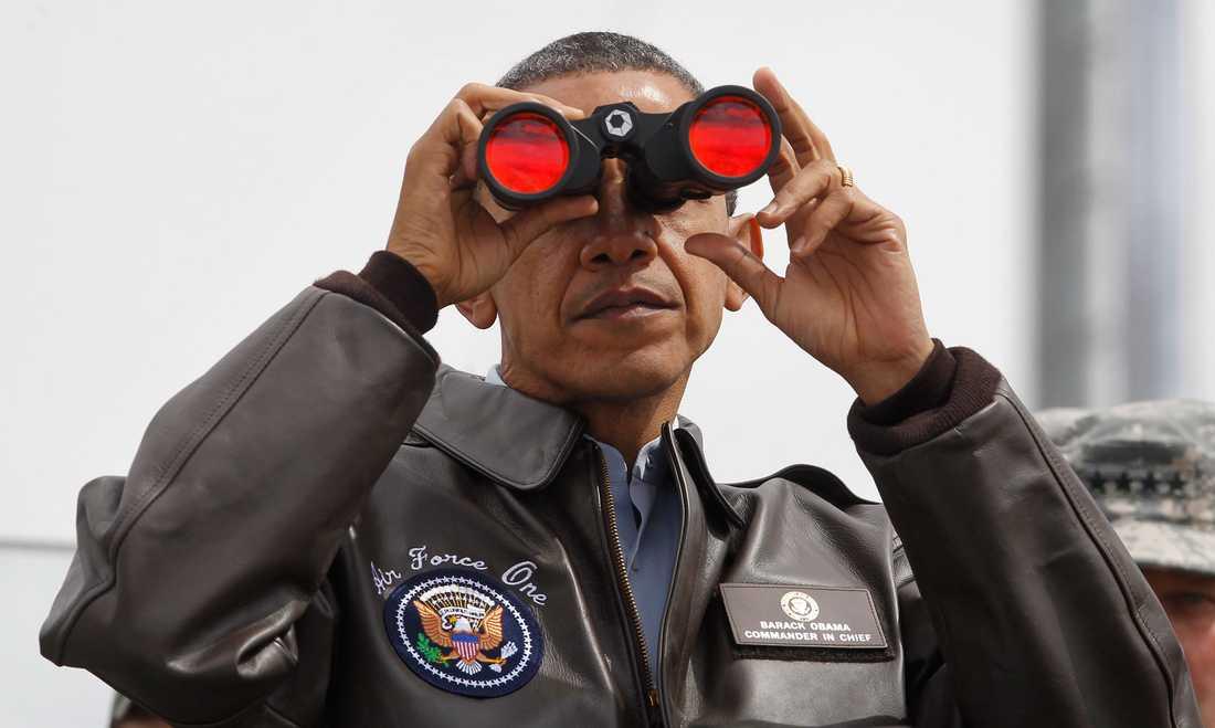 Barack Obama spejar ut över gränsen under ett besök i Sydkorea.
